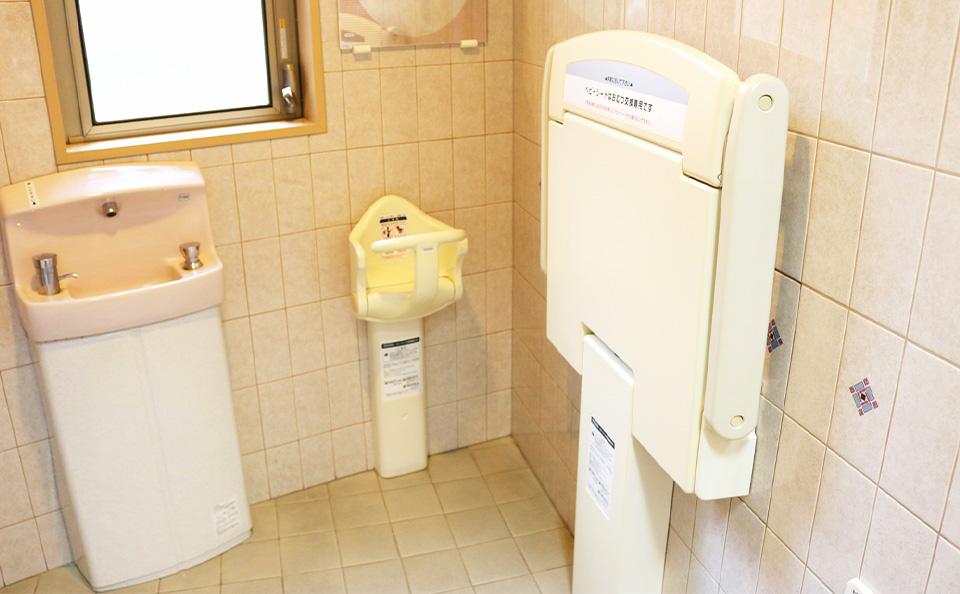 トイレ内のおむつ交換台・ベビーチェア